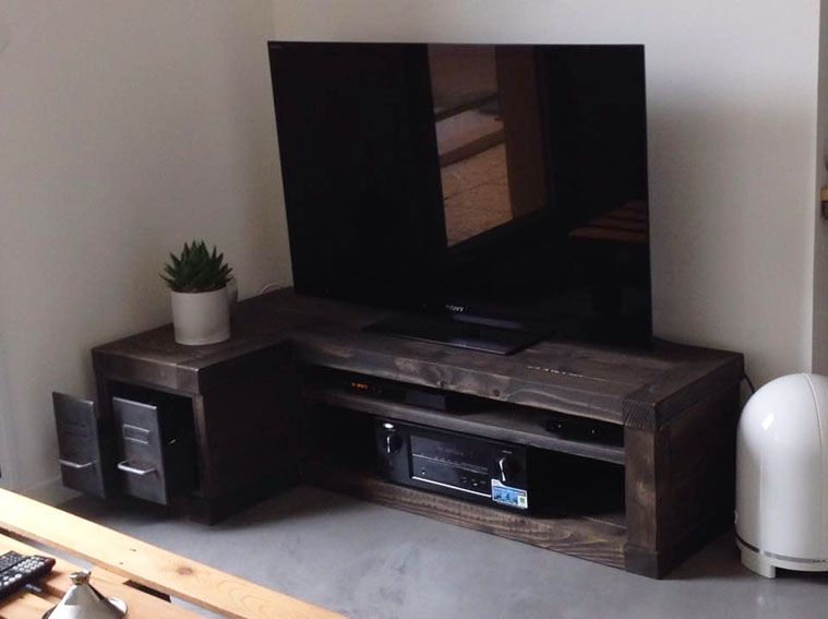 banc tv en angle compos de deux tiroirs. Black Bedroom Furniture Sets. Home Design Ideas