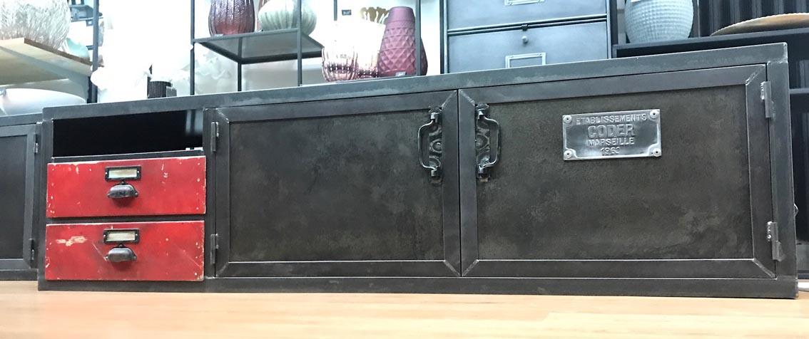 2105074907d50 D'anciens tiroirs d'atelier en bois, une création originale qu'est ce meuble  TV industriel. Tarif : 1100€